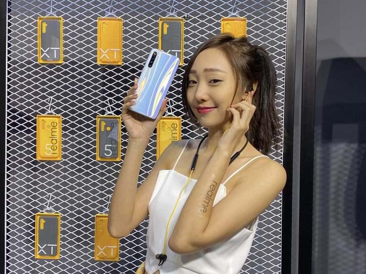 realme同步推出多款周邊配件,Buds Wireless頸掛藍牙耳機,建議售...