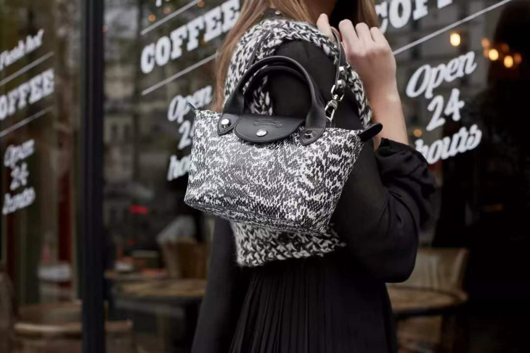 LONGCHAMP的經典Le Pliage摺疊包系列在2019秋冬推出全新迷你款...