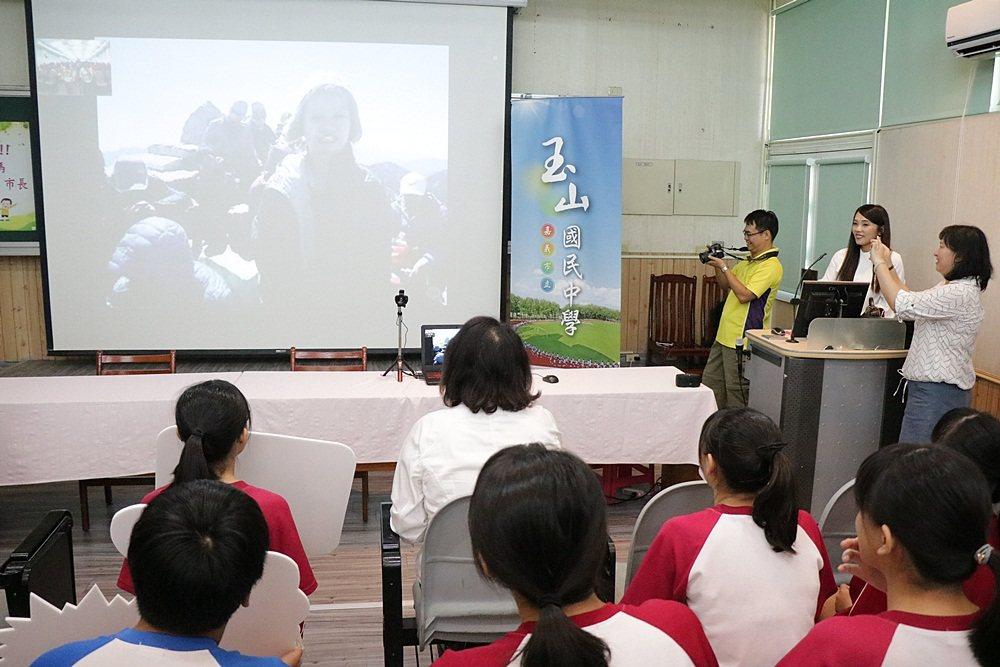 玉山國中學生登上玉山頂峰,還與市長黃敏惠視訊。記者李承穎/攝影