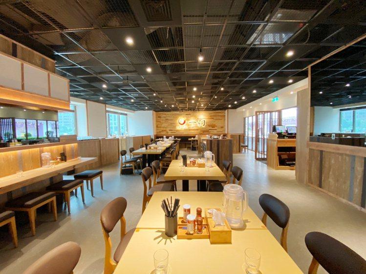 「一幻拉麵 X 胡同居酒屋」以日系木質風,打造出寬敞明亮空間。圖/環球購物中心提...