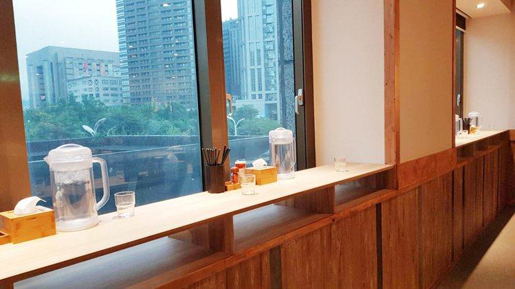 「一幻拉麵 X 胡同居酒屋」設有景觀立食區,可邊吃邊欣賞戶外景色。圖/環球購物中...