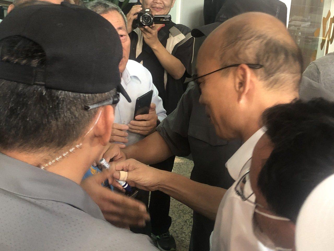 國民黨總統參選人韓國瑜右手拇指包OK繃,他說,民眾太熱情了被指甲抓傷。記者魯永明...