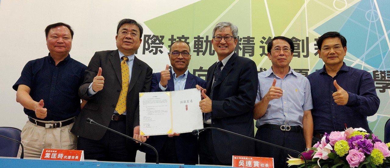 高雄市副市長葉匡時(左三)見證經發局與高師大簽署合作意向書,在六合、凱旋青年夜市...