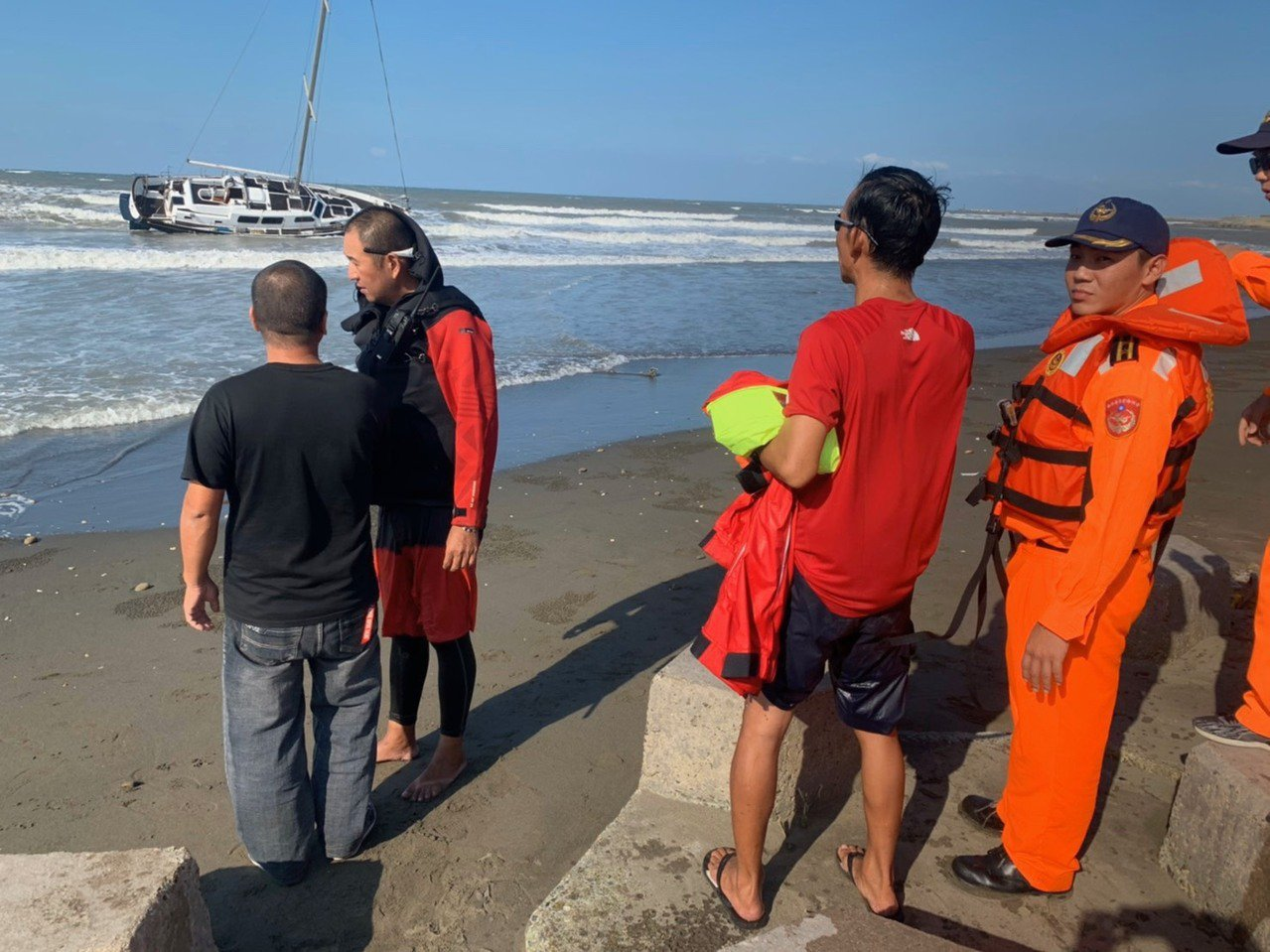 台北市張男與友人駕駛自有遊艇從基隆到竹圍漁港,該艇錨繩斷裂失去動力漂流,1人受傷...