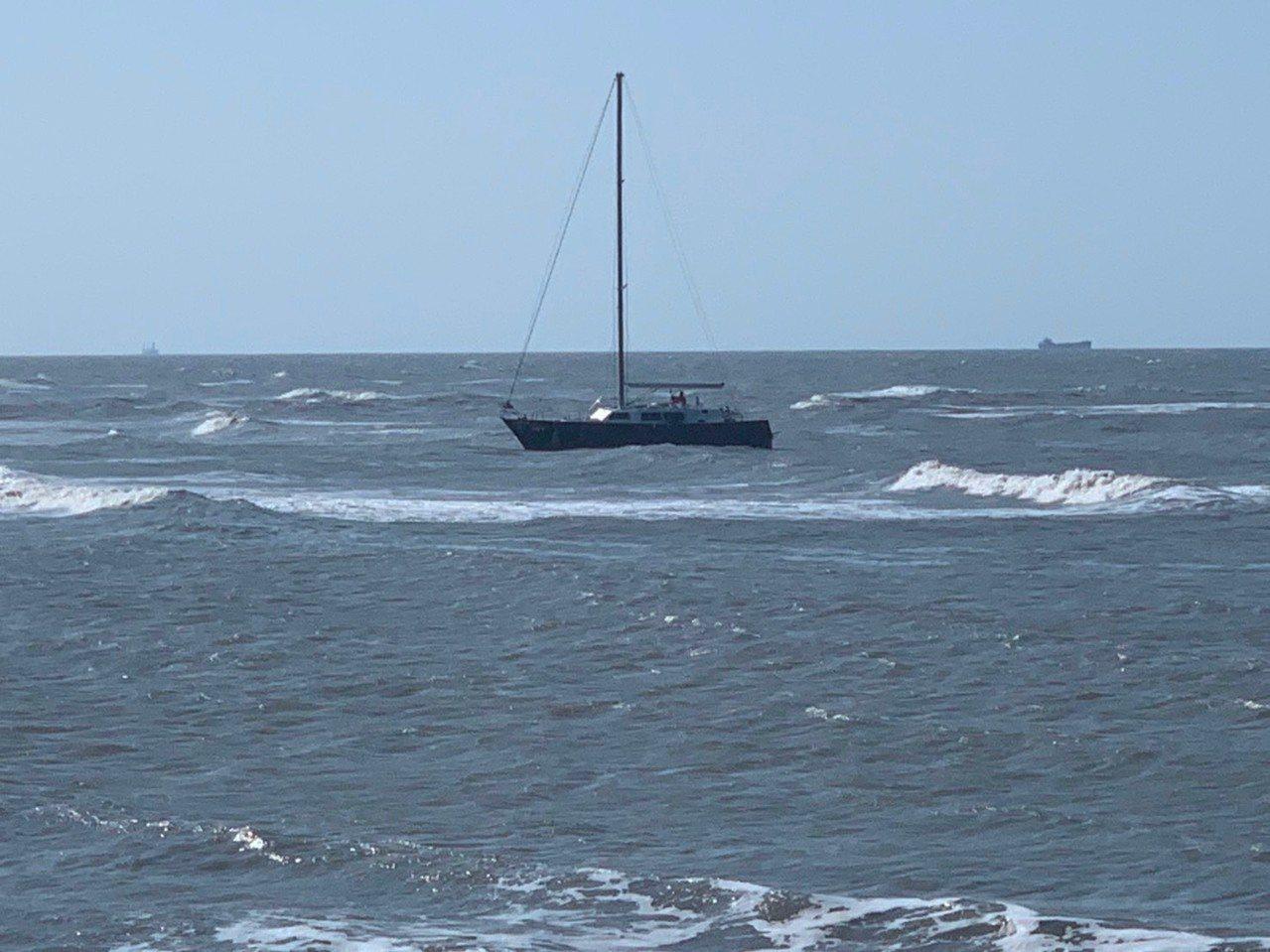 台北市張男與友人駕駛自有遊艇從基隆到竹圍漁港,在竹圍外海發生錨繩斷裂、失去動力漂...