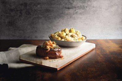 和牛菲力佐黑松露牛肝菌及義式麵疙瘩佐藍紋奶油。圖/莫爾頓牛排館提供