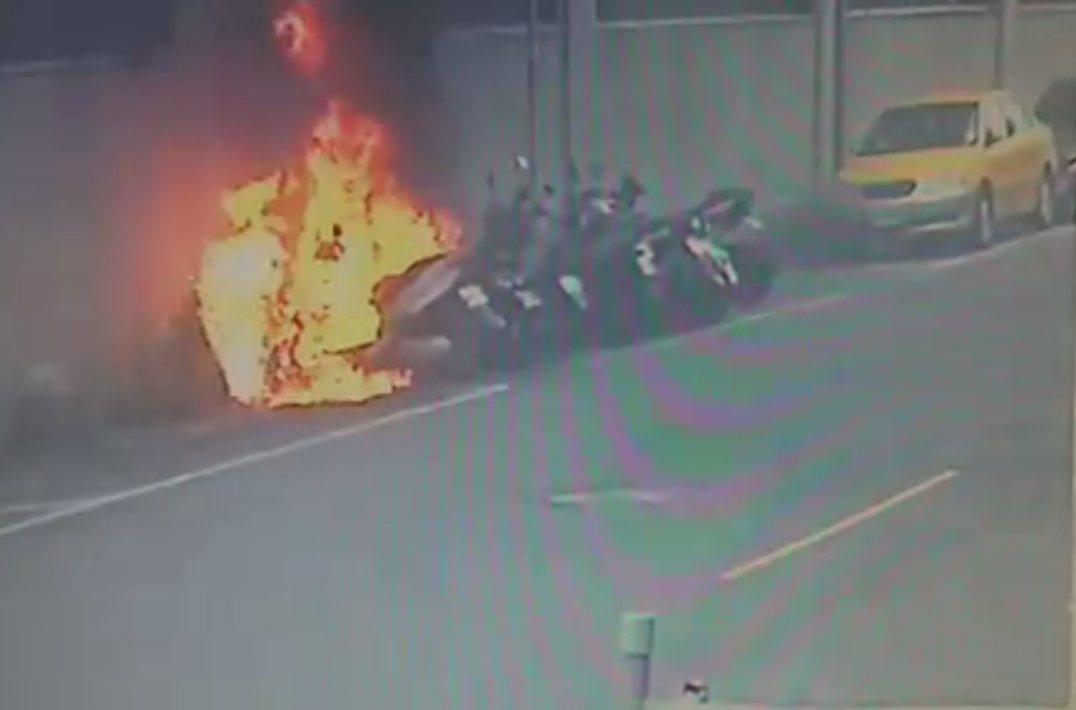 監視器拍到機車離奇自燃整個過程。記者林昭彰/翻攝