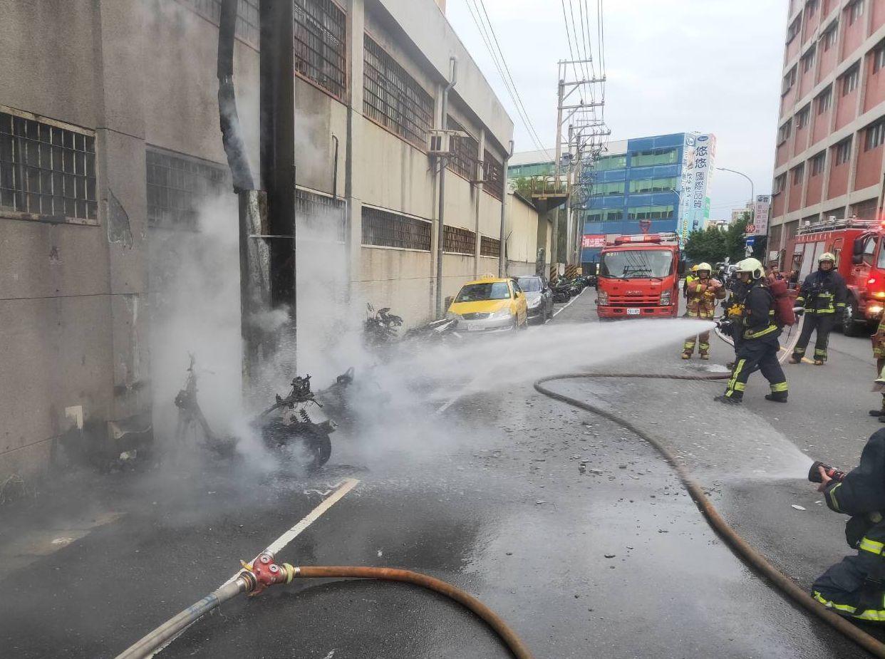 消防隊迅速撲滅火勢,但仍造成6輛機車全毀、1輛半毀、3輛被高溫波及,起火原因還需...