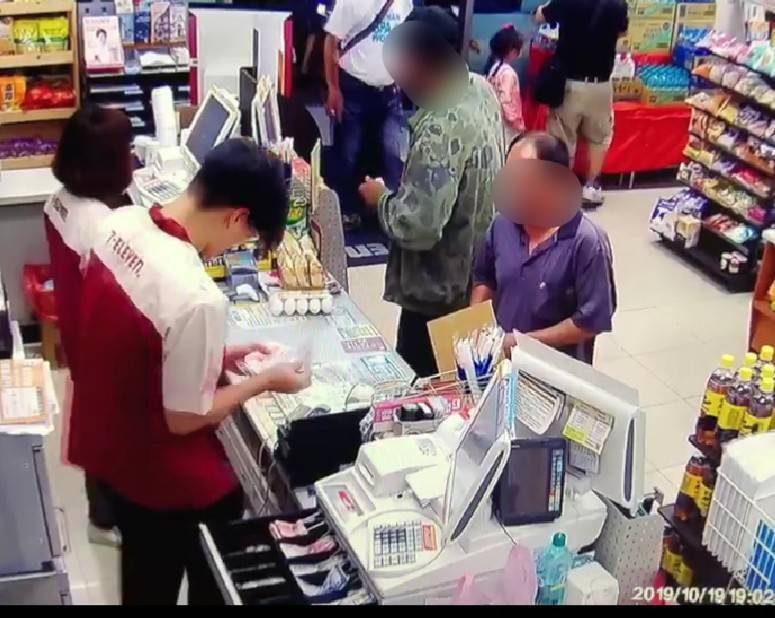 台南市陳姓男子(穿綠色外套者)到超商到雞蛋。記者黃宣翰/翻攝