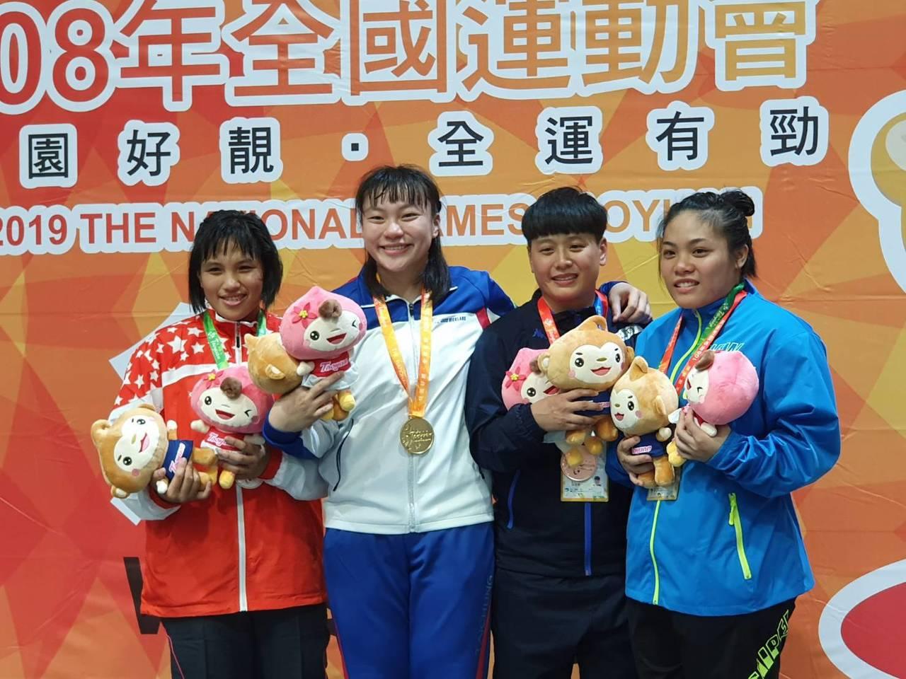 台中市張惠慈(左二)女子角力第六量級摘金二連霸。記者林宋以情/攝影