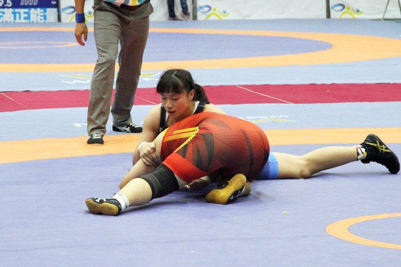 台中市張惠慈(藍)女子角力第六量級摘金二連霸。記者林宋以情/攝影