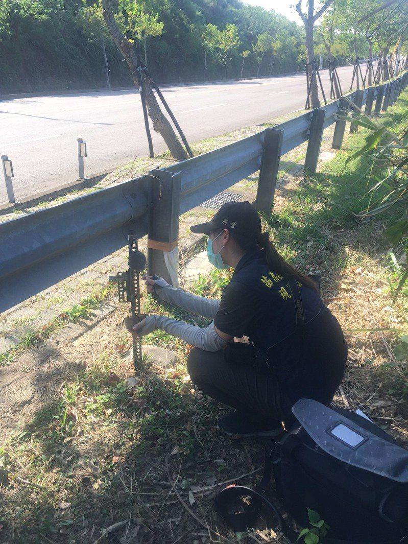 苗栗縣府農業處在苗29線架設監測石虎利用友善環境動物通道的15台紅外線相機,上周發現竟遭人偷走,警方現場採證。記者劉星君/翻攝