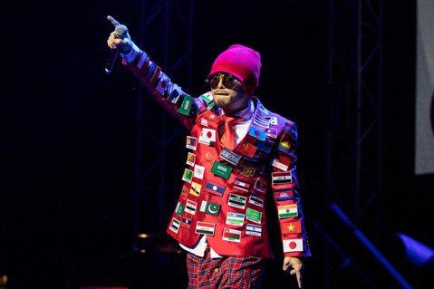 黃明志「黃明志4896世界巡迴演唱會」陸續在台北、香港、星馬演出,22日宣布於今年美國時間12月4日唱進美國聖荷西州,因曾發生長時間飛行後下機暈眩的狀況,他直言飛行時數與時差問題是最大挑戰,擔心身體...