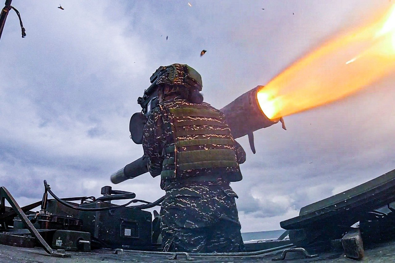 海軍陸戰隊陸戰99旅反裝甲連進行拖式飛彈實彈射擊。海軍官方臉書粉專今天公布其中反...