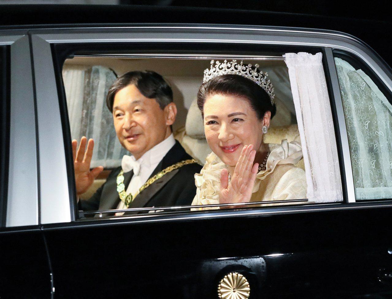 日皇德仁夫婦22日晚間乘車前往皇居參加祝賀宴。(歐新社)
