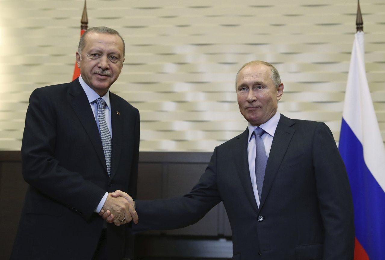 土耳其總統厄多安(左)和俄羅斯總統普亭22日舉行會談。(美聯社)