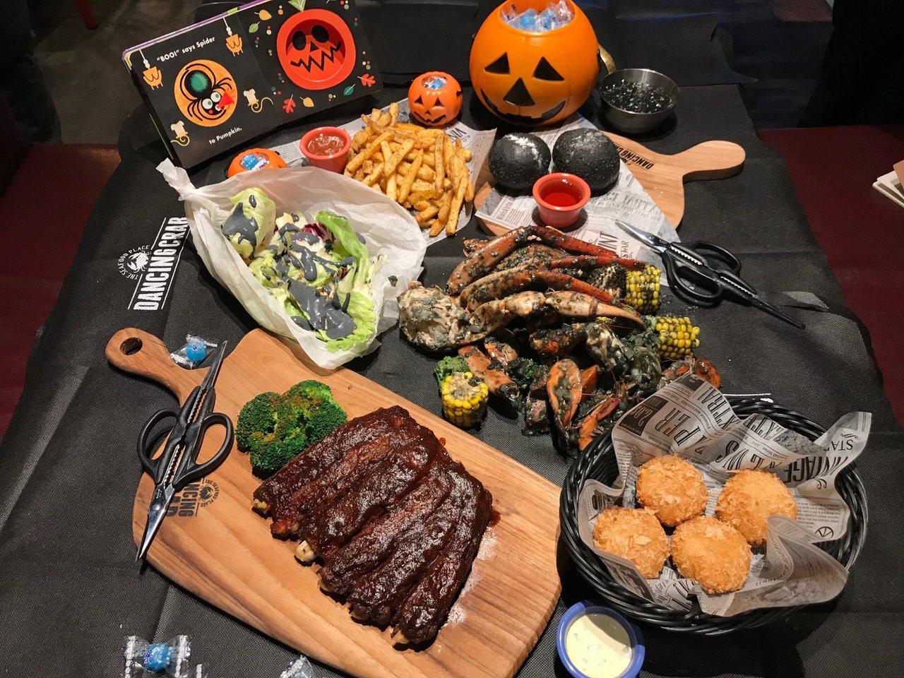 蟹舞手抓海鮮即日起推出「萬聖節派對餐」,每套3,999元。圖/蟹舞提供