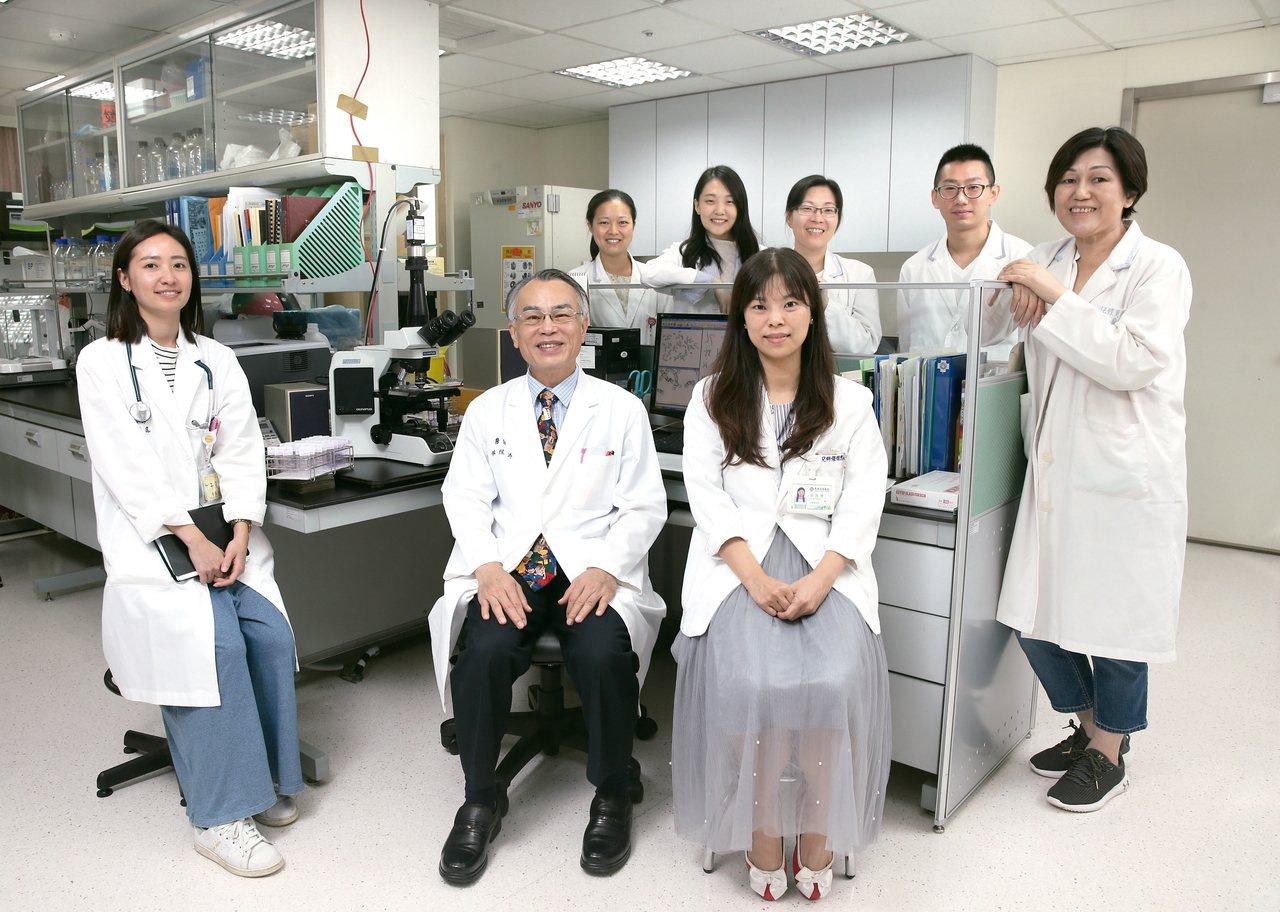 林炫沛(前排中)與台北馬偕醫院罕見疾病中心實驗室團隊。 記者林澔一╱攝影