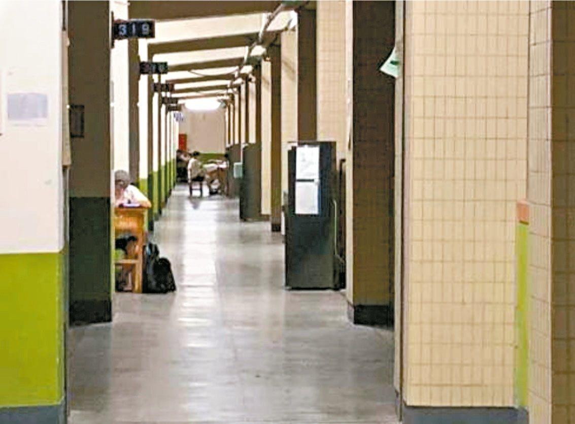 北市成功高中這學期起禁止學生在原班晚自習,學生只能到圖書館,部分學生無聲抗議,搬...