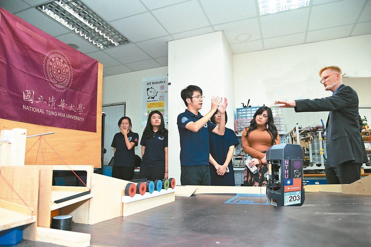 清華大學DIT機器人團隊向柏克萊工學院助理院長孫安濤(右)介紹在國際賽得獎的機器...