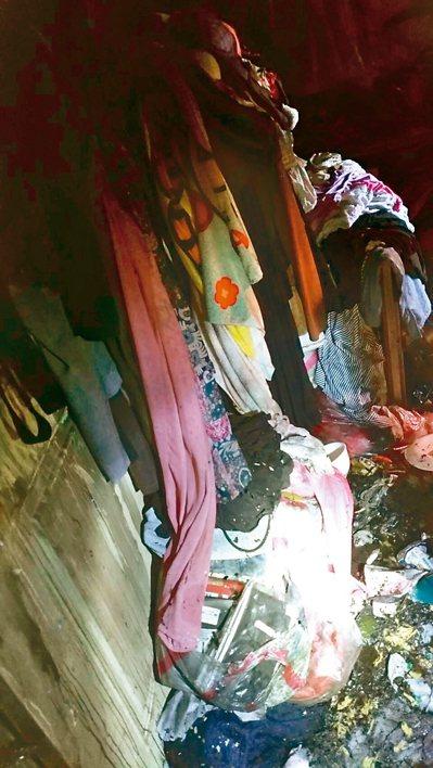 死者簡女房間內堆滿衣物,消防員開門都很難。 記者曾健祐/翻攝