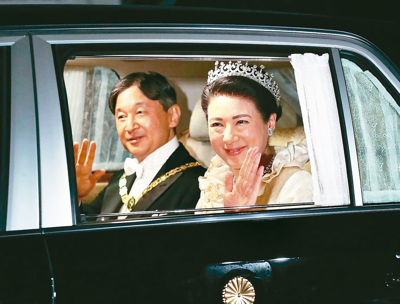 日皇德仁和皇后雅子廿二日搭車前往皇居,準備參加「饗宴之儀」晚宴。 (法新社)