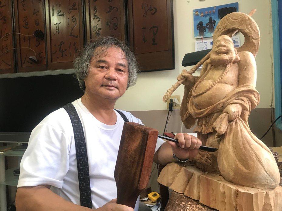 鹿港鎮木雕大師李秉圭,創下人間國寶「鑿花技術」、「傳統木雕」雙認證紀錄。 記者林宛諭/攝影