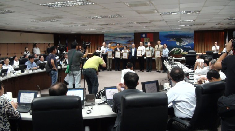 高雄市長韓國瑜上周市政會議後宣布請假三個月,昨天是韓請假後的第一個市政會議,媒體...