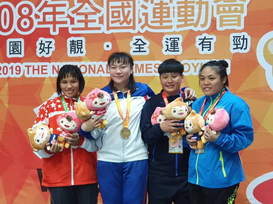 張惠慈(左二)全運會角力第六量級摘金二連霸。 記者林宋以情/攝影