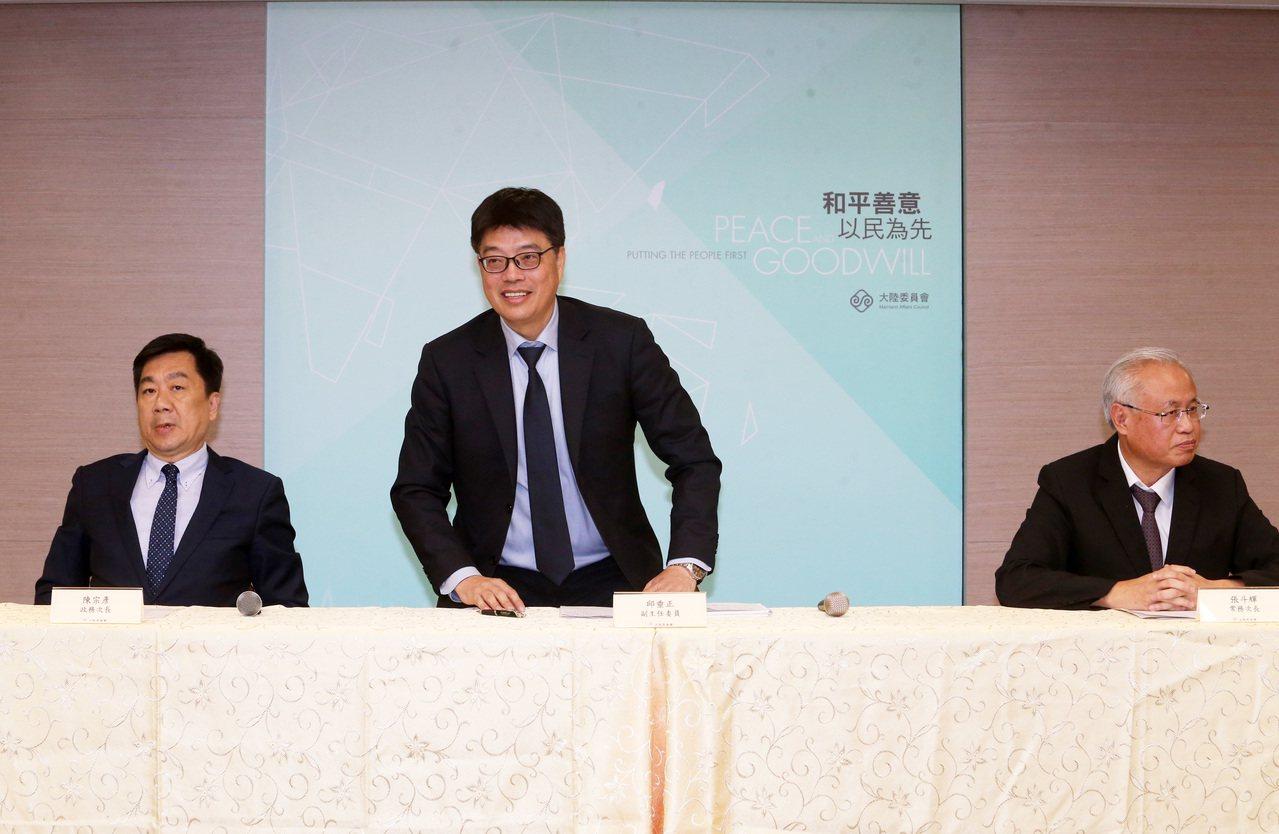 陸委會副主委邱垂正(中)表示,陳同佳案「香港不辦,我們來辦」。記者胡經周/攝影