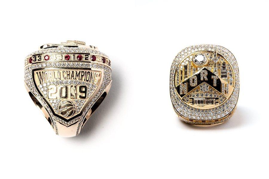 暴龍冠軍戒指上共鑲上超過650顆鑽石,總重超過14克拉,周圍還鑲上紅寶石並刻上全...