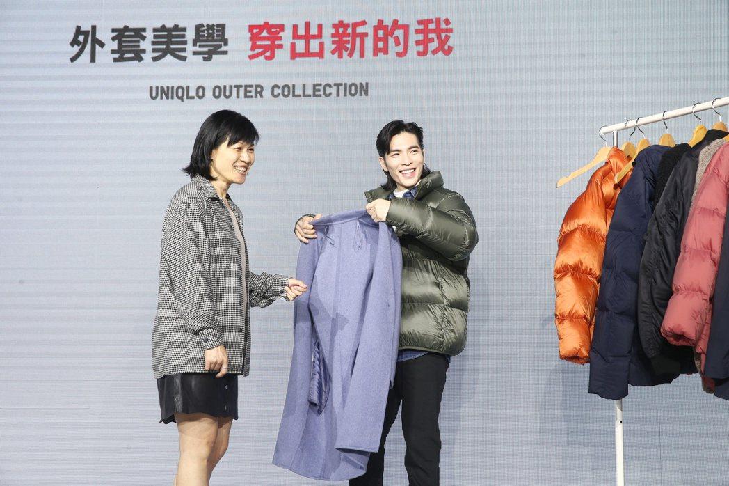 蕭敬騰(右)下午化身時尚先生,為服飾品牌站台,示範秋冬多層次穿搭,並親自幫粉絲設...
