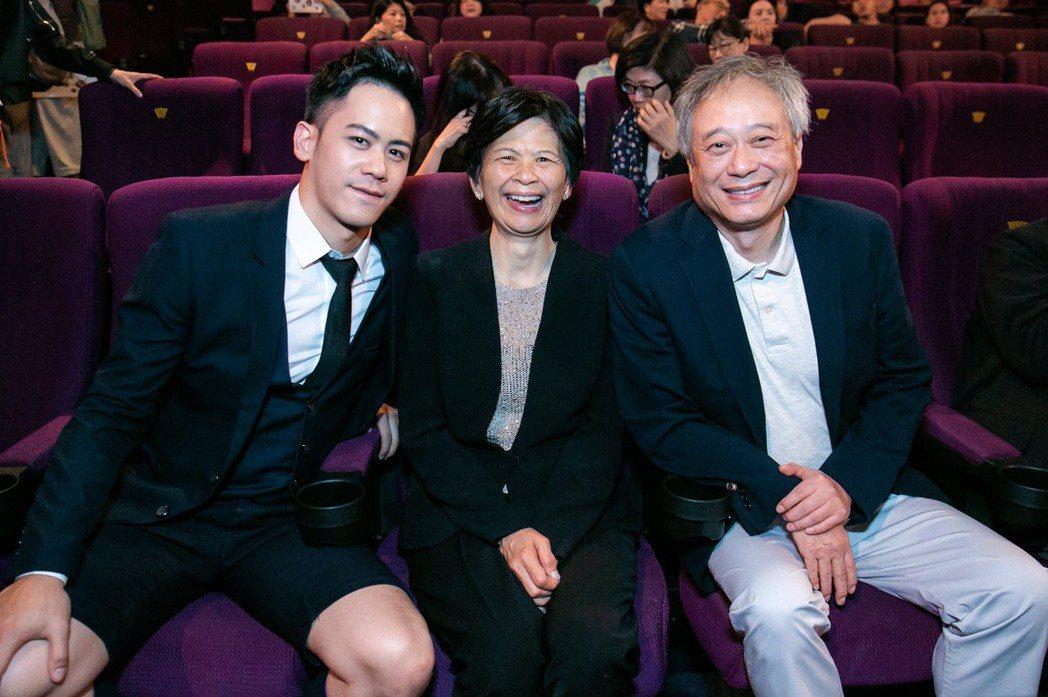 李安(右起)、林惠嘉一起支持兒子李淳的新片首映。圖/威視提供