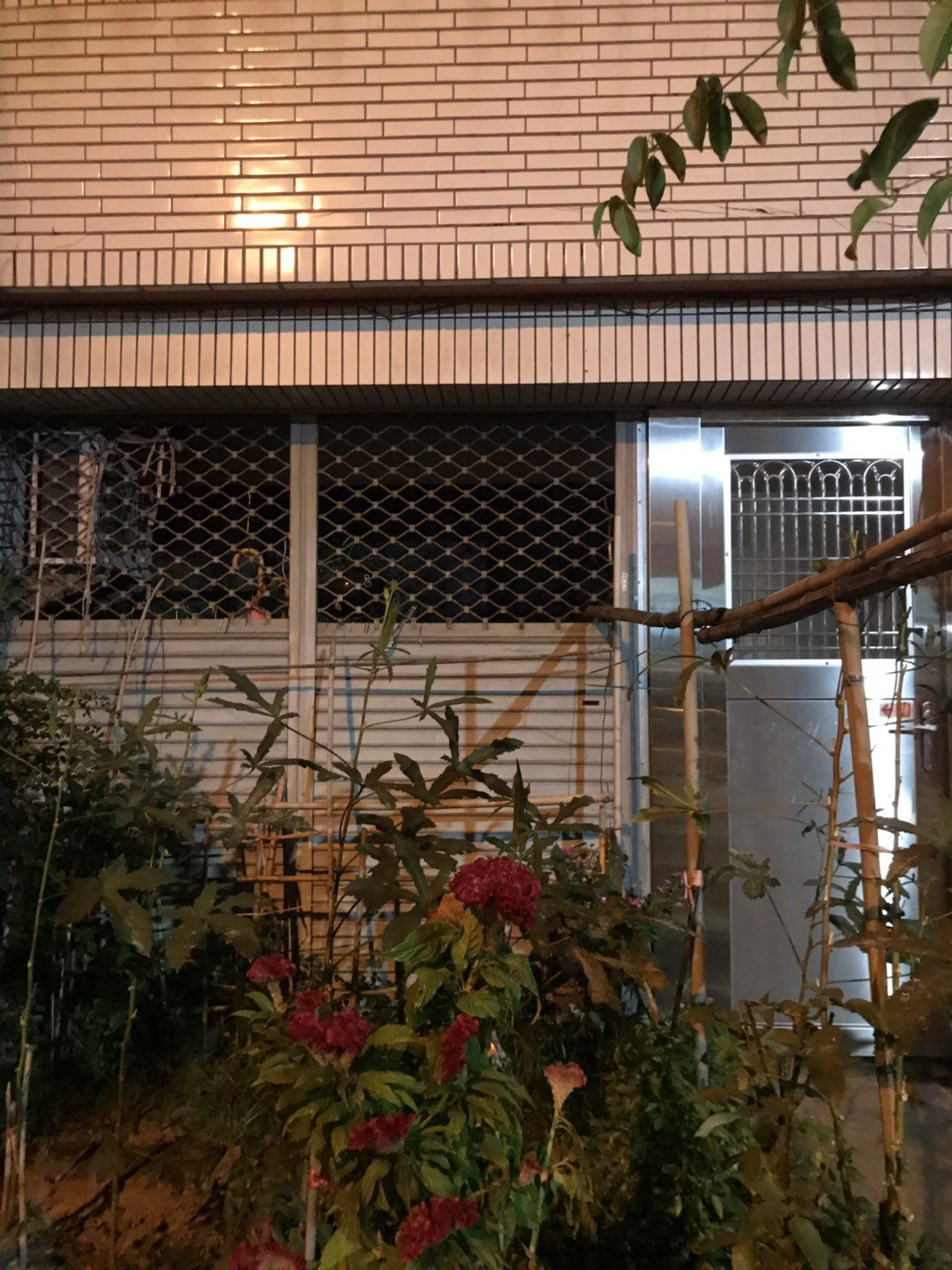 台中郭姓老婦今天上午被發現陳屍家中,同住患有思覺失調症的長子躲在隔壁房間,檢警漏...