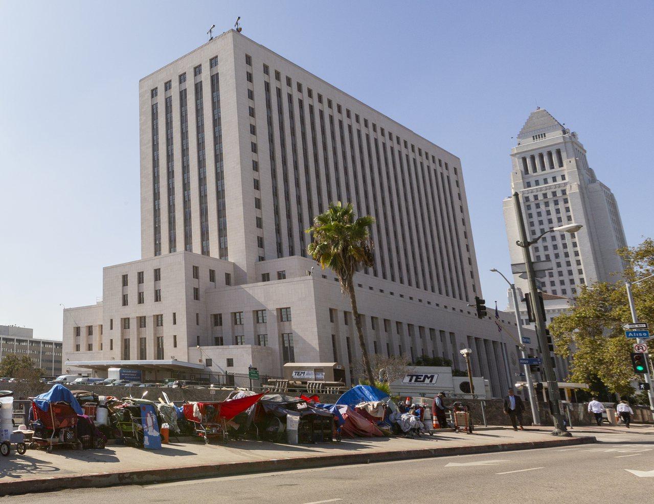 遊民的帳篷營地在洛杉磯鬧區路邊隨處可見。 (美聯社)