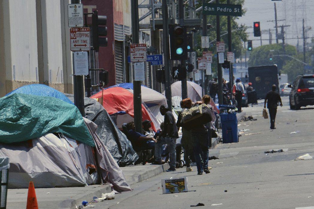洛杉磯鬧區一處街道充斥遊民的帳篷。 (美聯社)