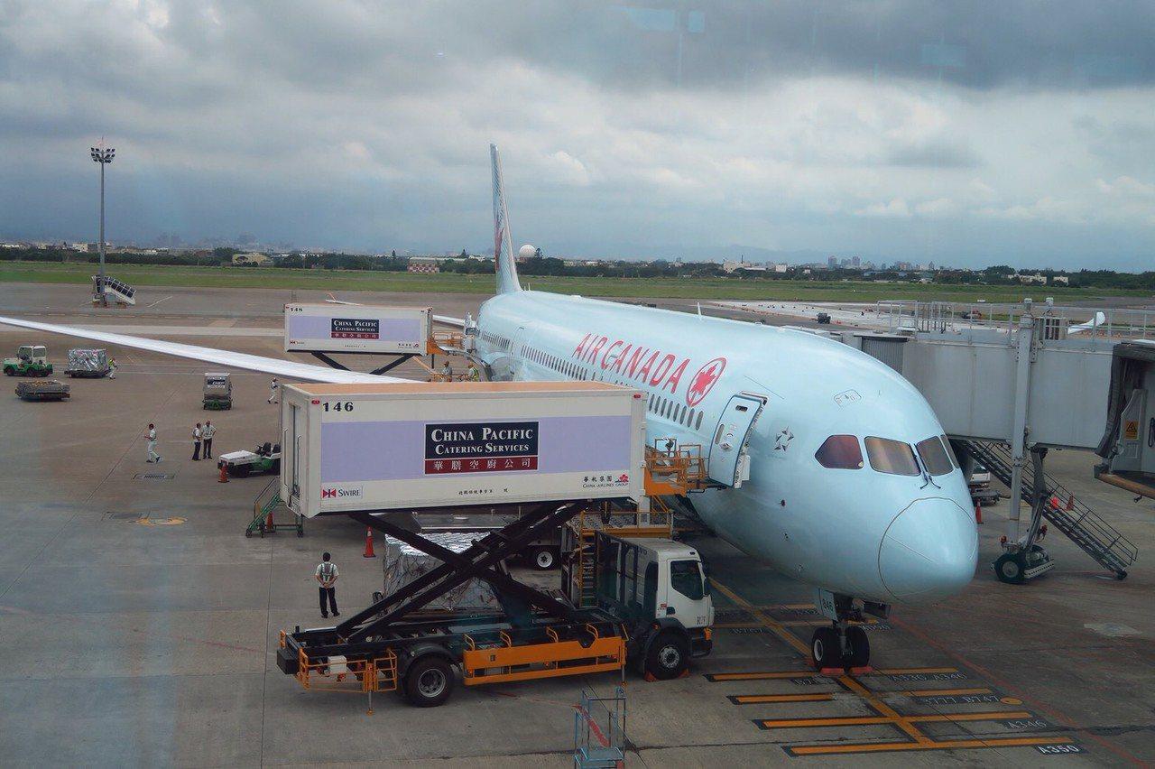 交通部對於更改名稱的外籍航空公司甚為不滿,揚言要禁靠空橋、調整時間帶等方式反制,...