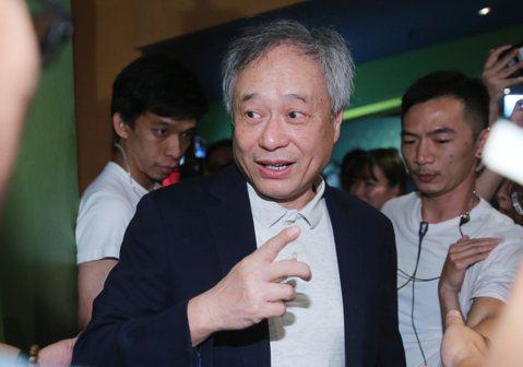 李安的65歲生日返回台灣忙著為新作「雙子殺手」做宣傳,卻也不忘了欣賞兒子李淳的新片「陪你很久很久」為他加油打氣,對於他的表現大讚:「進步很多!」難得回台一趟,李安有很多的宣傳拜會等必須出席的行程,但...