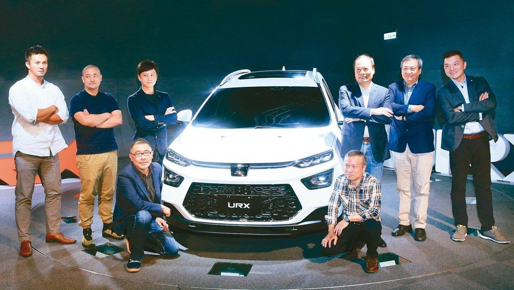 納智捷總經理蔡文榮(後排右二)公布URX售價85.8萬元起跳。 記者潘俊宏/攝影