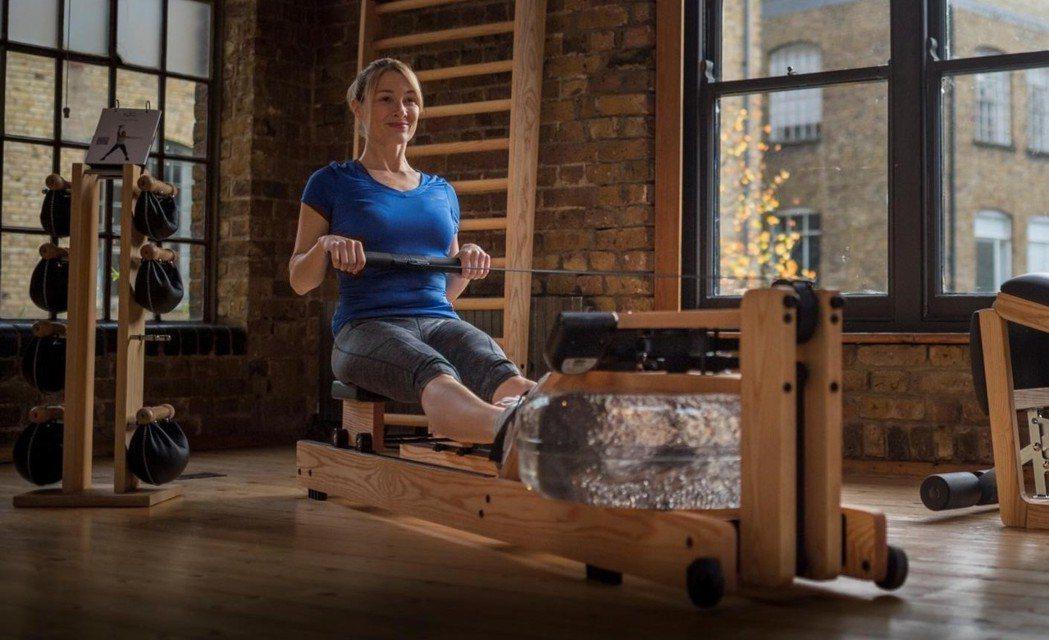 WaterRower可訓練全身84%的肌群,採取坐姿的特點能減緩運動對膝關節帶來...