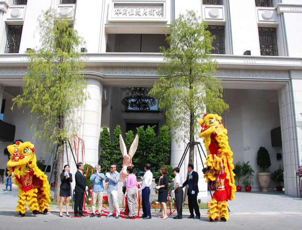 「雄崗信義美術館」等字是由董事長林清吉(左四)親題。 楊鎮州/攝影