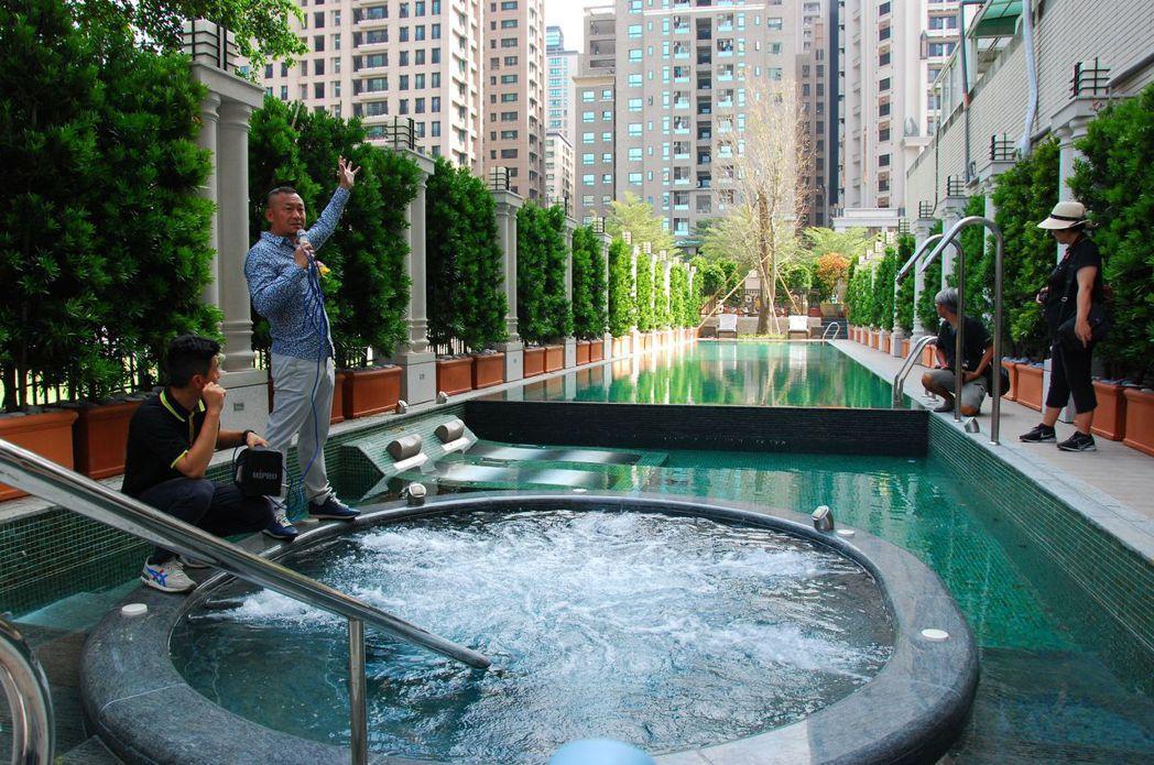 雄崗建設董事長林清吉親自導覽介紹泳池。 楊鎮州/攝影