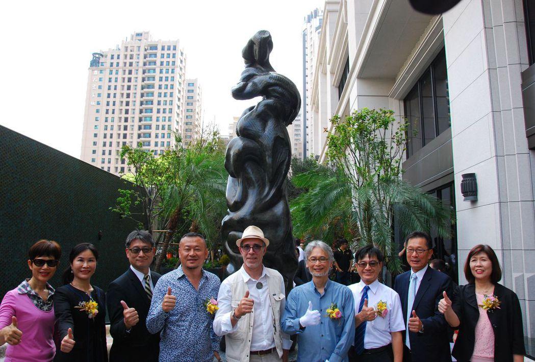藝術家皮耶.薩維提(左五)的作品-「起飛」象徵著雄崗建設的建築事業正式邁入頂級建...