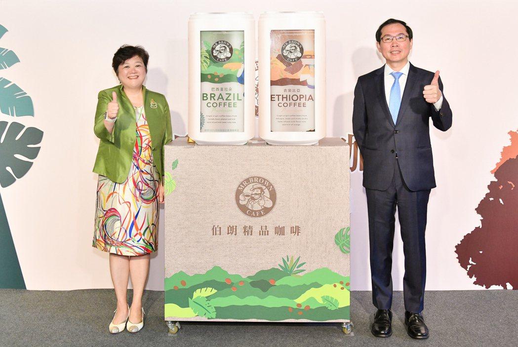 金車集團總經理李玉鼎(右)、金車飲料研究所經理吳怡玲(左)一同出席「伯朗精品咖啡...