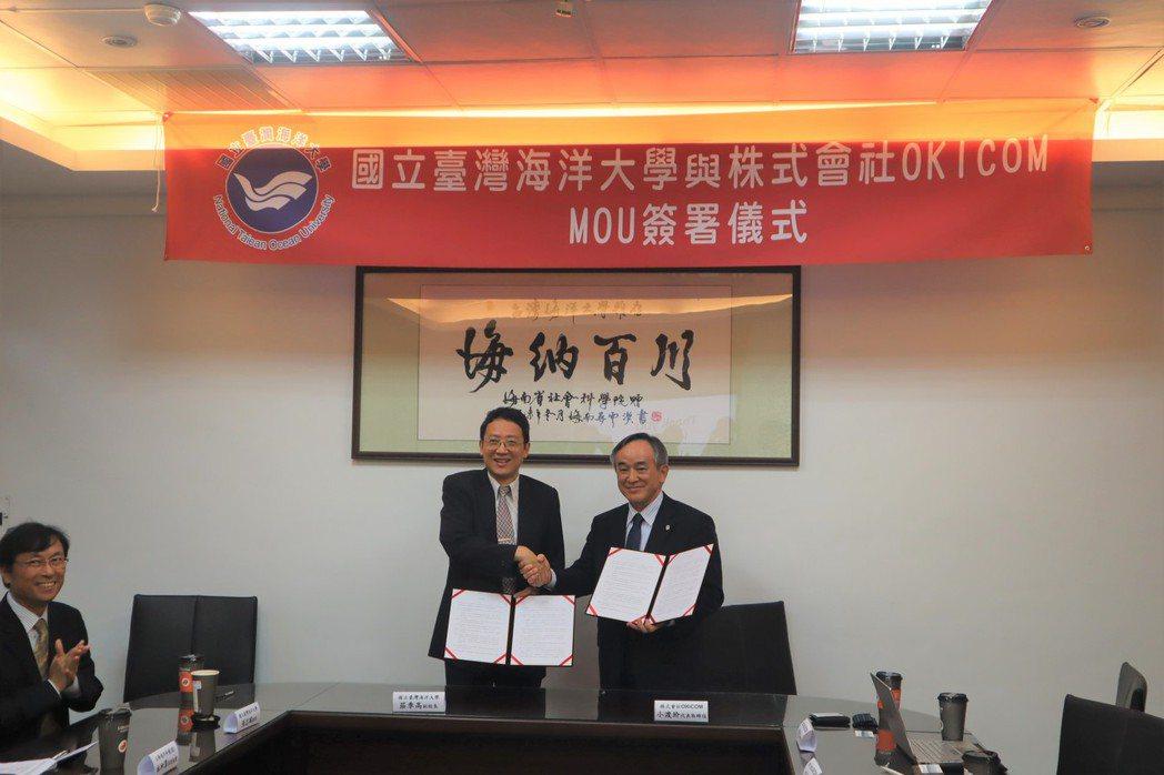 海大副校長莊季高(左)與日本Okicom 公司董事長小渡 玠簽約合作。 海大/提...