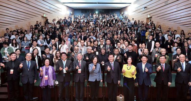 蔡英文總統以行動支持台灣設計研究院成立,與各界代表合影。 台創/提供