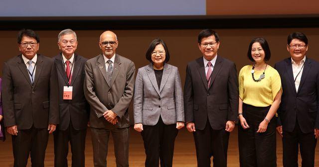 蔡英文總統(中)與WDO組織新任理事長Srini R Srinivasan(左3...