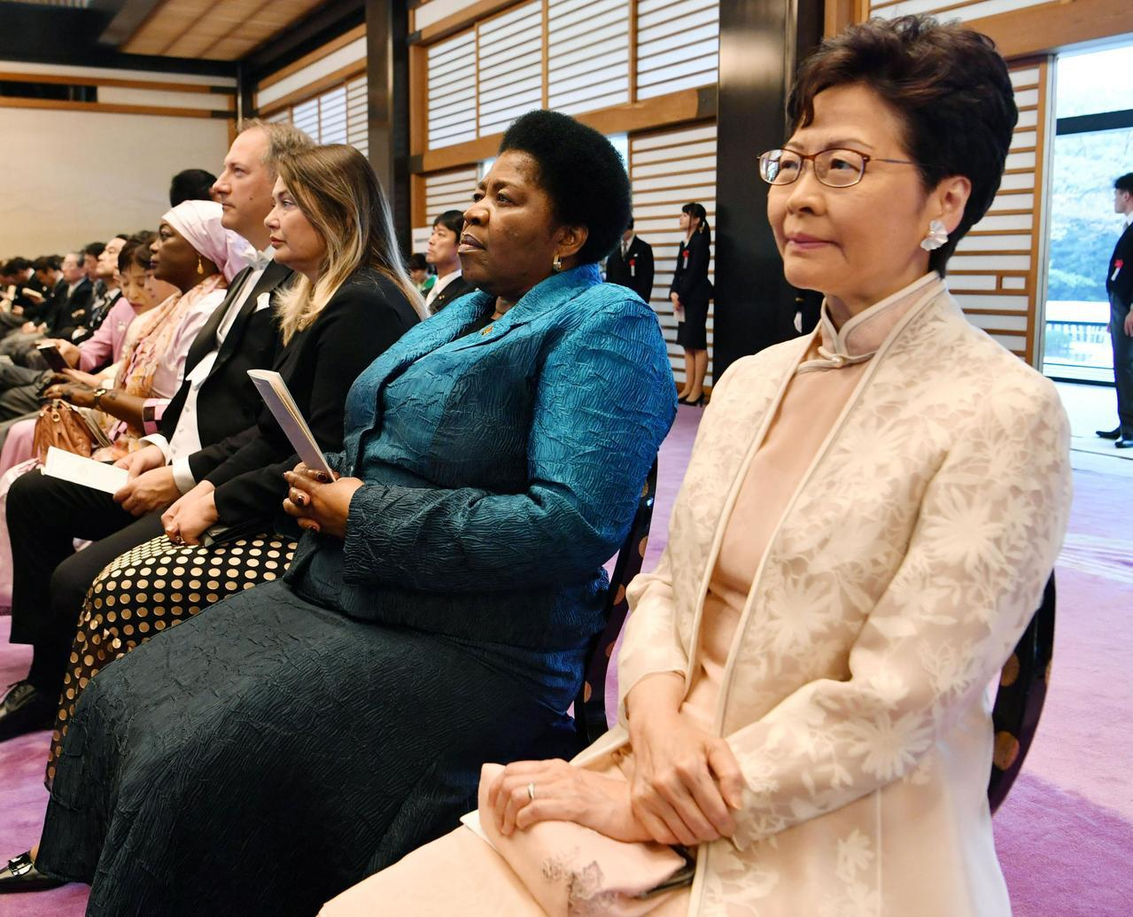 特首林鄭月娥昨天在東京出席日皇德仁登基典禮,被當地電視台拍到在觀禮期間滑手機,被...