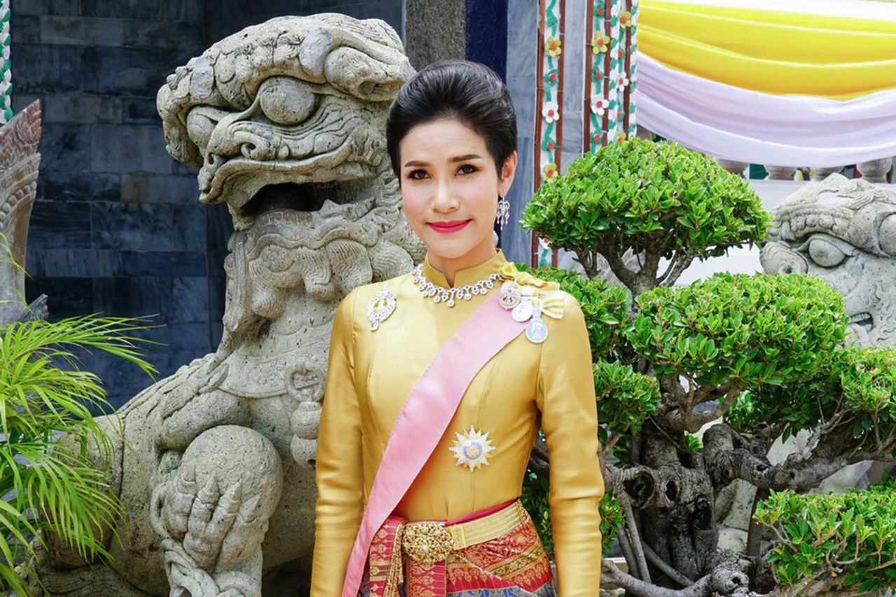 泰王瓦吉拉隆功今年7月冊封34歲的少將詩妮娜(圖)為妃子,但他日前政府公報上公告...