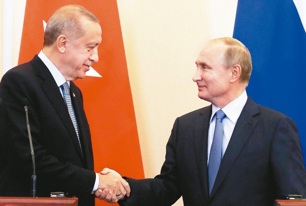 俄羅斯總統普亭(右)與土耳其總統厄多安會面。 美聯社